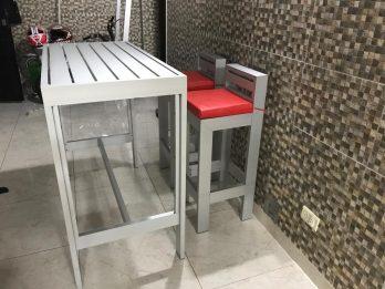 Mesa De Aluminio Alta Con Sillas + Almohadones